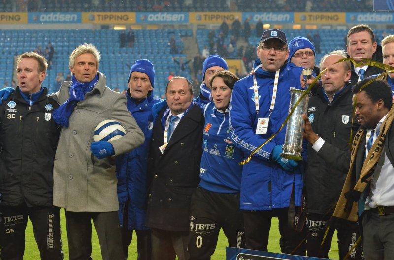 Jan nummer tre frå venstre saman med Hødd-familien under feiringa av cupfinalegullet på Ullevål-matta i november 2012. Foto: Arne Flatin