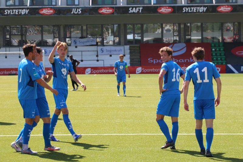 MÅL: Spelarane feirer tredje målet mot Øygarden.